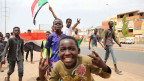 Demonstranten feiern und zeigen Siegeszeichen auf den Strassen von Khartum, Sudan, a 05. Juli 2019.
