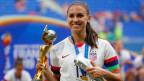 Die Stürmerin der Vereinigten Staaten Alex Morgan  mit WM-Trophäe und Silberstiefel nach dem Sieg über die Niederlande im WM-Spiel der Frauen-Weltmeisterschaft 2019 im Stade de Lyon.