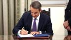 Kyriakos Mitsotakis unterzeichnet Dokumente nach seiner Vereidigung als neuer griechischer Premierminister.