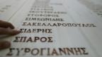 Ein Mann sucht nach Namen der Opfer des Massakers von Distomo in Griechenland, das die Nazis während des Zweiten Weltkriegs begangen haben.
