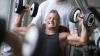 Ein Mann im Fitnesscenter.