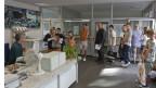 Käufer aus der Schweiz warten an der Grenzstation in Konstanz, Deutschland, auf den Stempel ihrer Exportpapiere, um die Mehrwertsteuer auf ihre Einkäufe zurückzuerhalten.