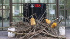 Aktivisten des Klimacamps der Gruppe Collective Climate Justice blockierten den Eingang zur UBS am Aeschenplatz in Basel.