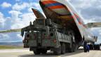 Russisches Militärfrachtflugzeug, Teilen des russischen S-400-Flugabwehr-Raketensystems nach der Ankunft in der Türkei.
