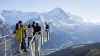 Der heisse Sommer im 2018 hat dazu geführt, dass dieses Jahr mehr Leute in der Schweiz Ferien machen. Touristen oberhalb von Grindelwald im Berner Oberland.