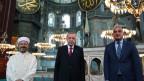 Der türkische Präsident Tayyip Erdogan, (Mitte) Tourismusminister Mehmet Nuri Ersoy (rechts)  und der Leiter der türkischen Direktion für religiöse Angelegenheiten Ali Erbas (links) posieren in der Grossen Moschee Hagia Sophia in Istanbul.
