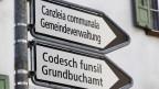 Wegweiser in rätoromanischer und deutscher Sprache