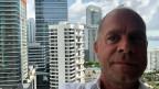 Matthias Kündig auf seinem Balkon mit Blick auf das Viertel Brickell in Miami.
