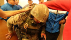 Ein Mitglied der GKNB-Sondereinheiten wird von Anhängern des ehemaligen kirgisischen Präsidenten verhaftet.
