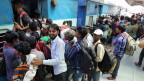 Indische Wanderarbeiter, die im Kaschmir-Tal gearbeitet haben, fliehen mit dem Zug aus Kaschmir.