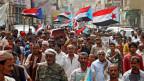 Jemenitische Separatistenfahnen an einer Beerdigung in der südlichen Hafenstadt Aden, Jemen.