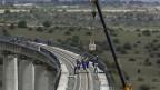 Kenianische und chinesische Arbeiter bauen an der Eisenbahn in Nairobi.