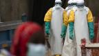 Angestellte im Gesundheitssektor befinden sich in einem Lager von Ebola-Patienten.