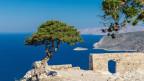 Sicht auf das Meer und eine Ruine auf der Insel Rhodos in Griechenland.
