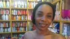Eine Frau steht im Laden vor Bleichungscrèmes.