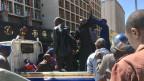 Männer werden in Harare (Simbabwe) verhaftet und auf einen Pickup verladen.