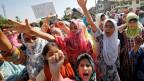 Kaschmirische Mädchen protestieren, nachdem die indische Regierung den besonderen Verfassungsrang für Kaschmir aufgehoben hat.