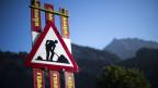 Ein Warnschild auf einer Baustelle in Flaesch, Graubünden.