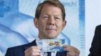 Fritz Zurbrügg, Vize-Direktor der Schweizerischen Nationalbank, präsentiert die neue 100er-Note.
