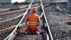 Ein SBB-Mitarbeiter bei Gleis-Unterhaltsarbeiten.