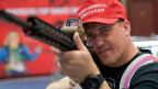 Ein Mann mit einem halbautomatischen Gewehr auf dem jährlichen Treffen der National Rifle Association (NRA) in Indianapolis, Indiana, USA.