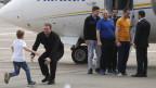 Ehemalige gefangene Ukrainer landen in der Nähe von Kiew, empfangen von Präsident Selenski (rechts).