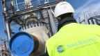 Ein Arbeiter steht auf der Baustelle der Ostseepipeline Nord Stream 2.
