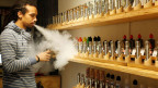 Ein Mitarbeiter in einem E-Zigarettenladen in Zürich. Symbolbild.
