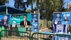 Vor dem Wahlbüro in Haifa hängen die Plakate der Kandidaten.