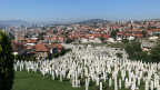 Einer der Friedhöfe für Kriegsopfer in Sarajevo. «Wenn nur nicht wieder geschossen wird», sagen sich die Leute. Die Angst vor neuer Gewalt macht sie duldsam.