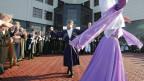 Tschetschenischer Präsident Ramzan Kadyrov tanzt in traditionellem Kostüm an tschetschenischen Feiertag