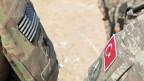 US-amerikanische und türkische Streitkräfte machen gemeinsam Patrouille auf dem Gebiet im Nordosten Syriens.