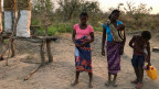 Rosa Maputere (li.) hat noch nie von Mosambiks Schulden gehört.