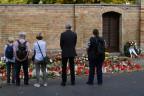 Trauernde vor der Synagoge in Halle.