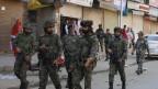 Bewaffnete indische Soldaten patrouillieren nach einem Granatenangriff am 12. Oktober 2019 in Srinagar, Kaschmir.