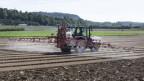 Ein Bauer besprüht seinen Acker mit Pflanzenschutzmitteln.