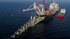 Ein Verlegeschiff versenkt Pipeline-Module im Meer. Ab kommendem Jahr soll auf einer Strecke von 1200 Kilometern Gas von Russland nach Deutschland befördert werden.
