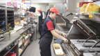 Die meisten Stellen meldete die Gastronomie den RAVs im ersten Jahr mit Stellenmeldepflicht. Bild: Mitarbeiterin bei MC Donalds.
