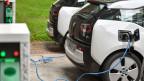 Elektroautos «tanken» an einer elektrischen Ladestation.