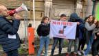 Etwa 30 Jugendliche demonstrieren in Rom gegen fossile Treibstoffe.