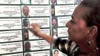 Elisabeth Cardona zeigt auf der Erinnerungstafel das Bild ihres von Paramiltärs ermordeten Sohnes.