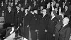 Die Vereidigung des neuen Bundesrates am 17. Dezember 1959 in Bern. Mit dem Einzug eines zweiten Vertreters der SP in die Regierung setzt sich diese im Verhältnis 2:2:2:1 zusammen; die «Zauberformel» war erfunden.