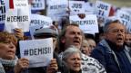 Demonstranten fordern den Rücktritt des tschechischen Premierministers Andrej Babis in Prag, Tschechien, am 6. Mai 2019. Auf den Schildern steht: «Resignation».