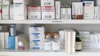 Antibiotika und andere Medikamente in einer Apotheke.