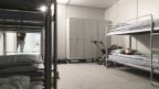 Blick in ein Wohnmodul mit Etagenbetten und einem Schrank im Bundesasylzentrum Feldreben in Muttenz.