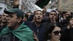 Algerische Demonstranten und Demonstrantinnen vor dem Gericht von Sidi Mohamed in Algier.