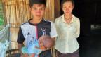 Niütschen und seine Frau Nisa mit ihrem neugeborenen Kind. Die Schwester von Niütschen wurde an einen Chinesen verkauft.