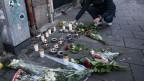 Blumen und Kerzen auf der Strasse in Malmö, wo ein 15jähriger Mann erschossen wurde.