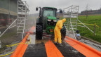 Der Traktor des Bauern wird desinfiziert bei der Übung.