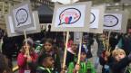 Kinder feiern ihre Rechte auf dem Bundesplatz in Bern.